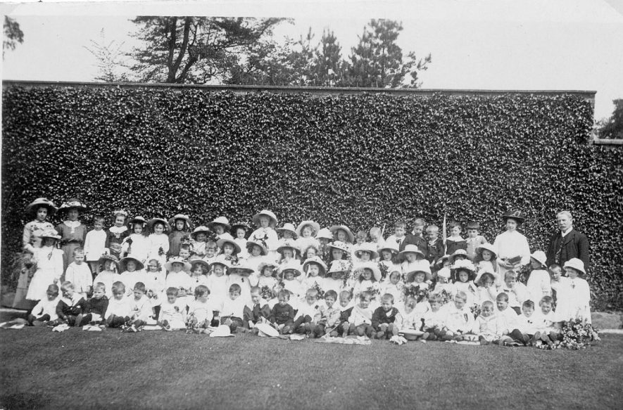 May Day celebrations with the school infants assembled on the vicarage lawn, Cubbington.  1910s