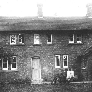 Hunningham.  Children outside a house