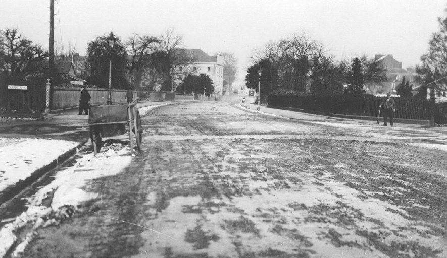 Dale Street, Leamington Spa. Clearing snow.  1910s    IMAGE LOCATION: (Warwickshire Museums. Photographic Collections.)