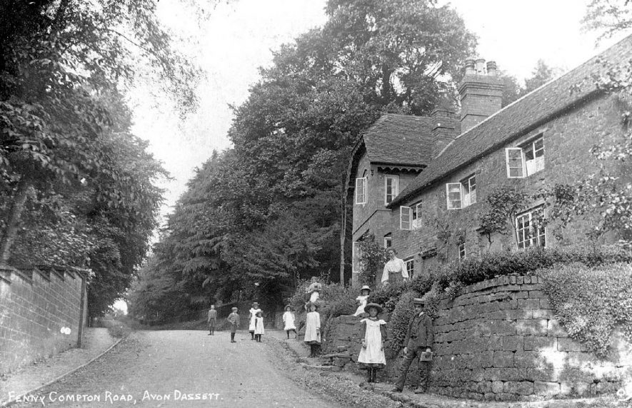 Fenny Compton Road, Avon Dassett.  Country house with woman and group of school age children.  1900s    IMAGE LOCATION: (Warwickshire County Record Office)
