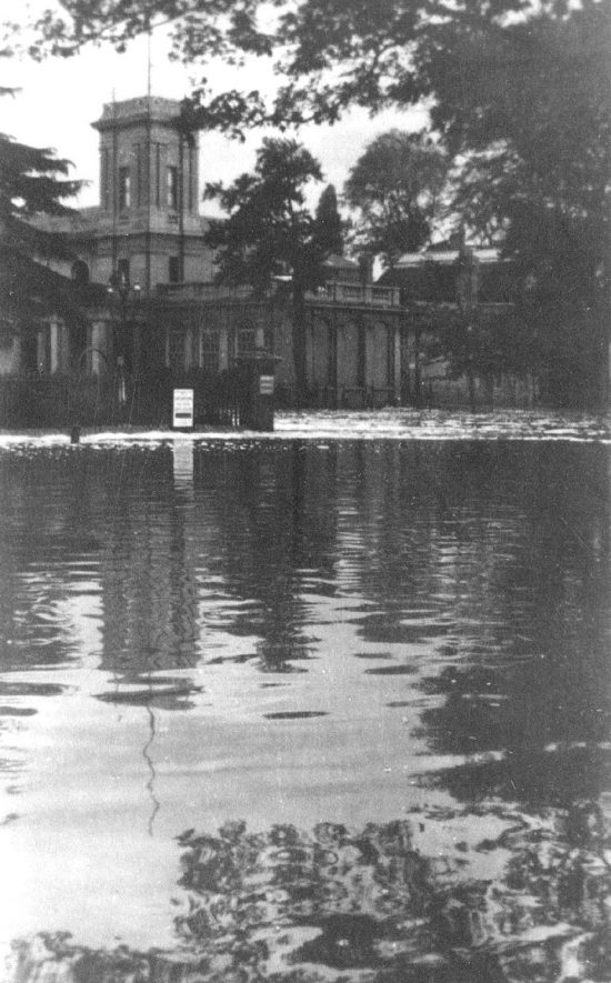 Floods near the Royal Pump Rooms as viewed from Newbold Terrace. 1927 or 1932 |  IMAGE LOCATION: (Warwickshire County Record Office)