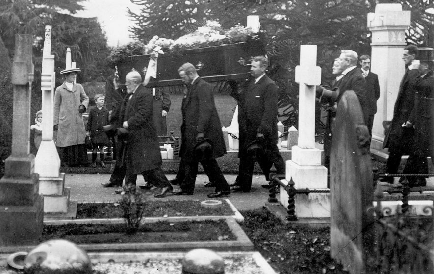 Arrival of a funeral at Leamington Spa cemetery in Whitnash Road.  1910s |  IMAGE LOCATION: (Warwickshire County Record Office)