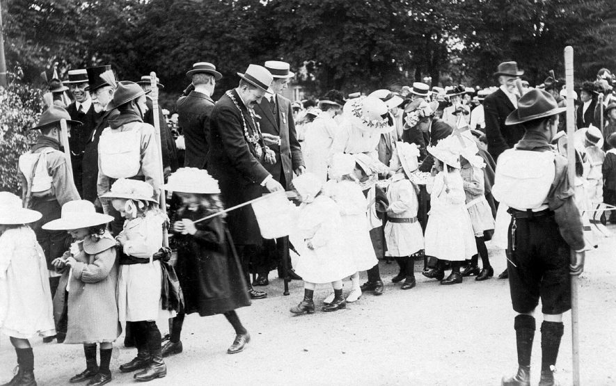 Presentation of Coronation Medals to children by Mayor, Leamington Spa.  1911 |  IMAGE LOCATION: (Warwickshire County Record Office)