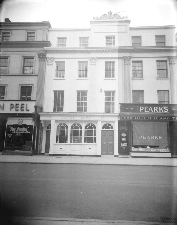 Exterior of the Bath Street branch of Lloyds Bank.  1956 |  IMAGE LOCATION: (Warwickshire County Record Office)