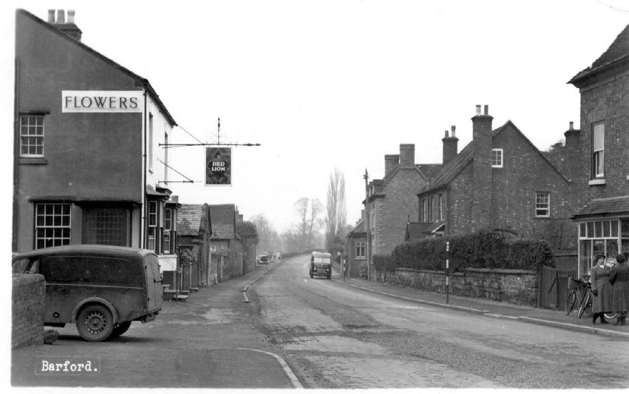 Bridge Street, Barford, looking towards bridge and The Red Lion Inn.  1950s |  IMAGE LOCATION: (Warwickshire County Record Office)