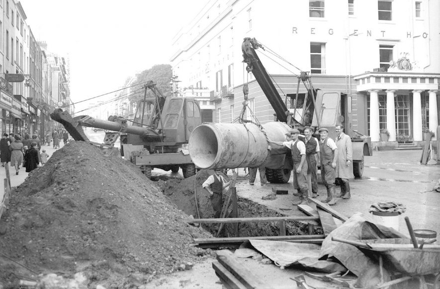 Laying a new sewer in the Parade, Leamington Spa.  The Regent Hotel is in the background.  1948 |  IMAGE LOCATION: (Warwickshire County Record Office)