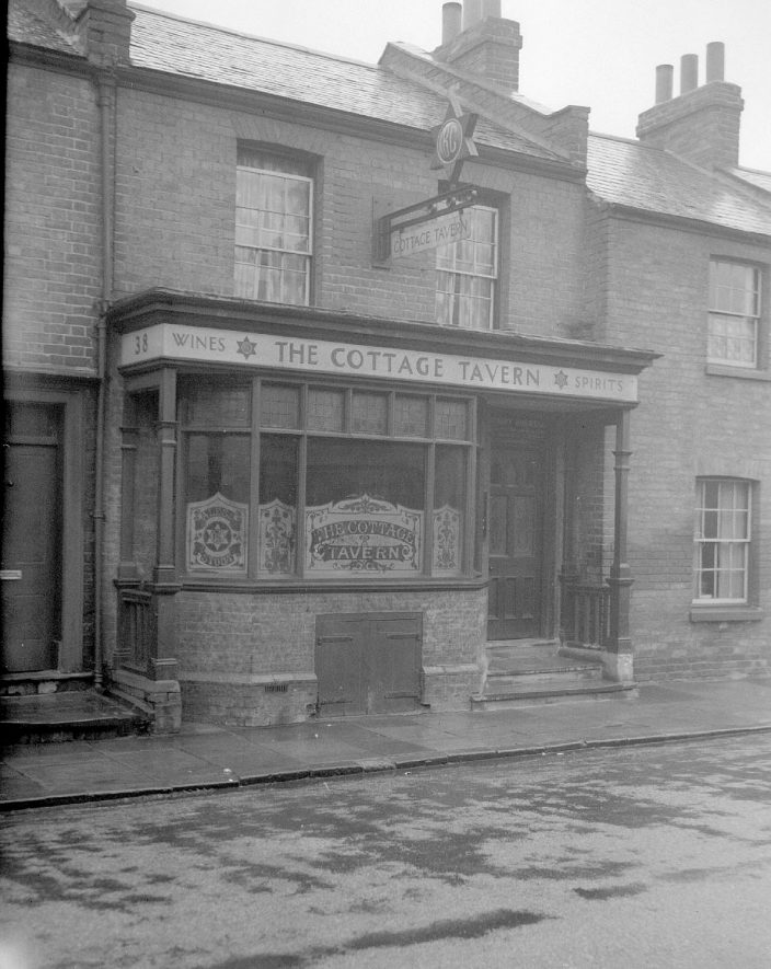 The Cottage Tavern, Queen Street, Leamington Spa.  1950 |  IMAGE LOCATION: (Warwickshire County Record Office)