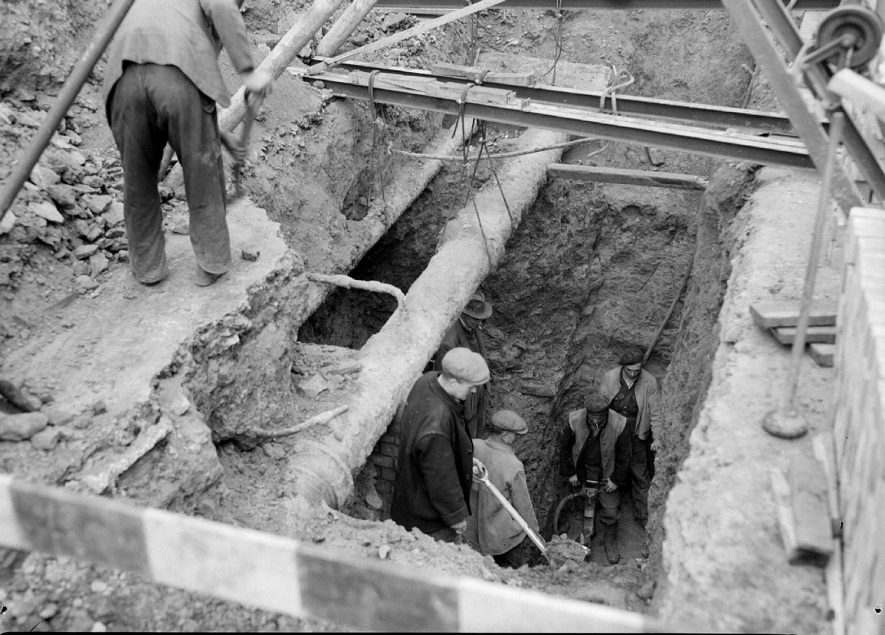 Constructing new sewer in Upper Parade, Leamington Spa.  1949 |  IMAGE LOCATION: (Warwickshire County Record Office)