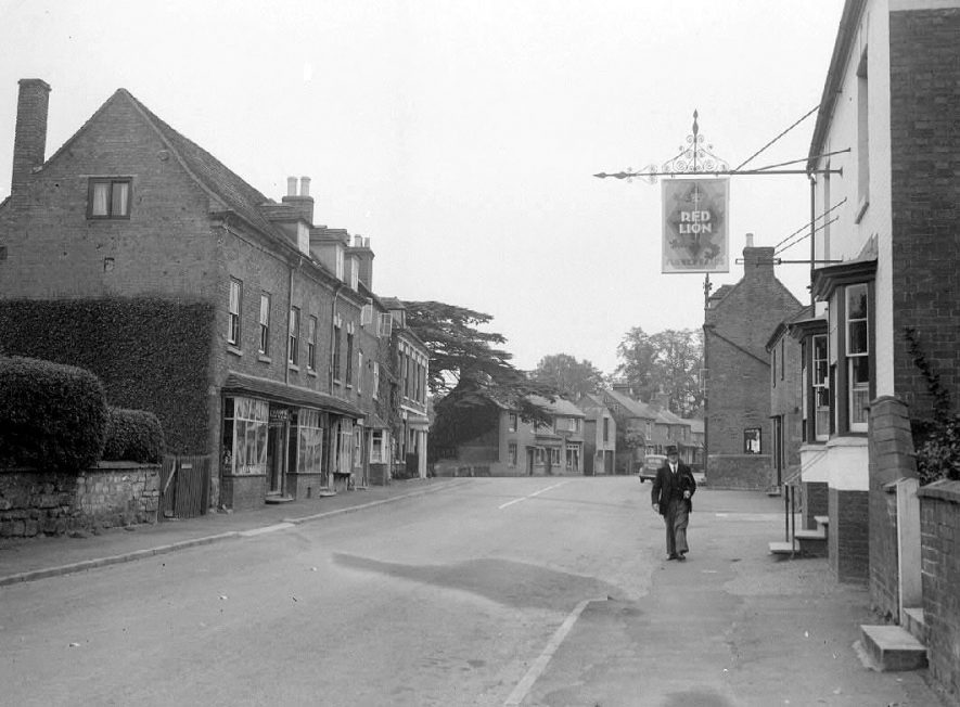 Wellesbourne Road, Barford, man walking past the Red Lion Public House.  1950s |  IMAGE LOCATION: (Warwickshire County Record Office)