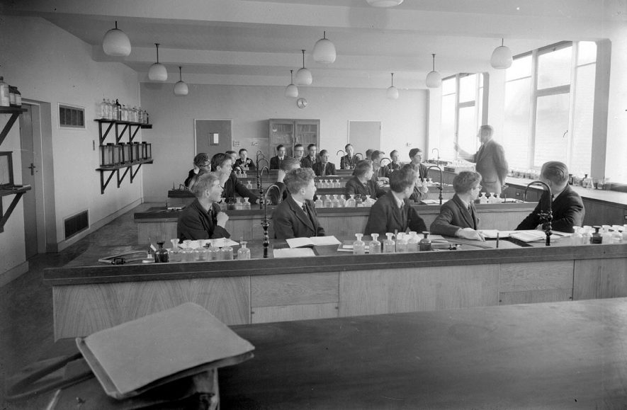 Interior of science laboratory, Leamington College.  1957 |  IMAGE LOCATION: (Warwickshire County Record Office)