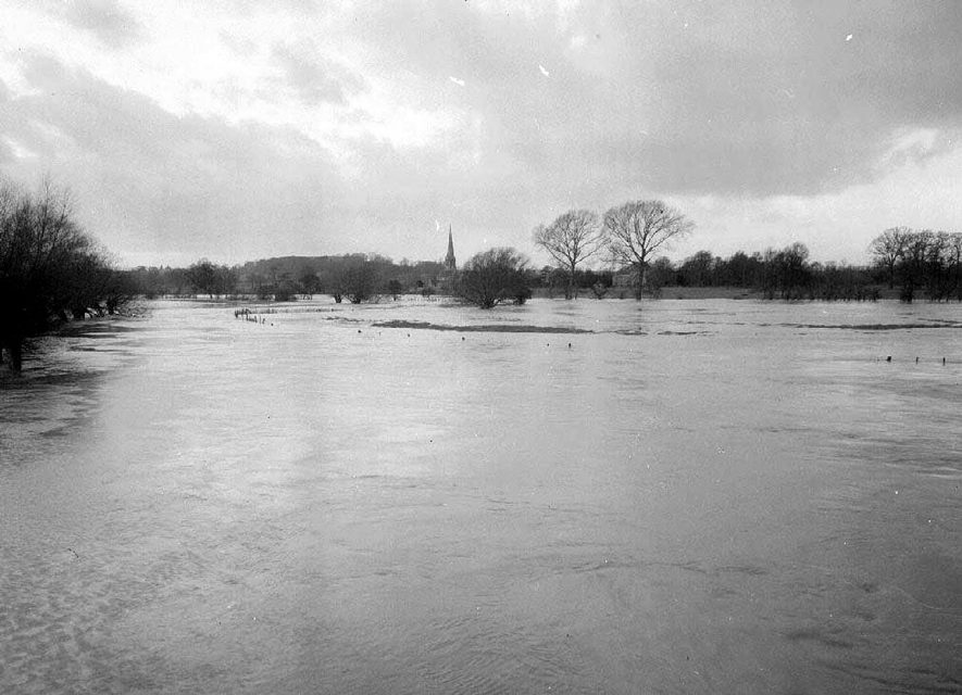Floods at Barford, on River Avon,  view looking toward Sherbourne.  December 1960 |  IMAGE LOCATION: (Warwickshire County Record Office)