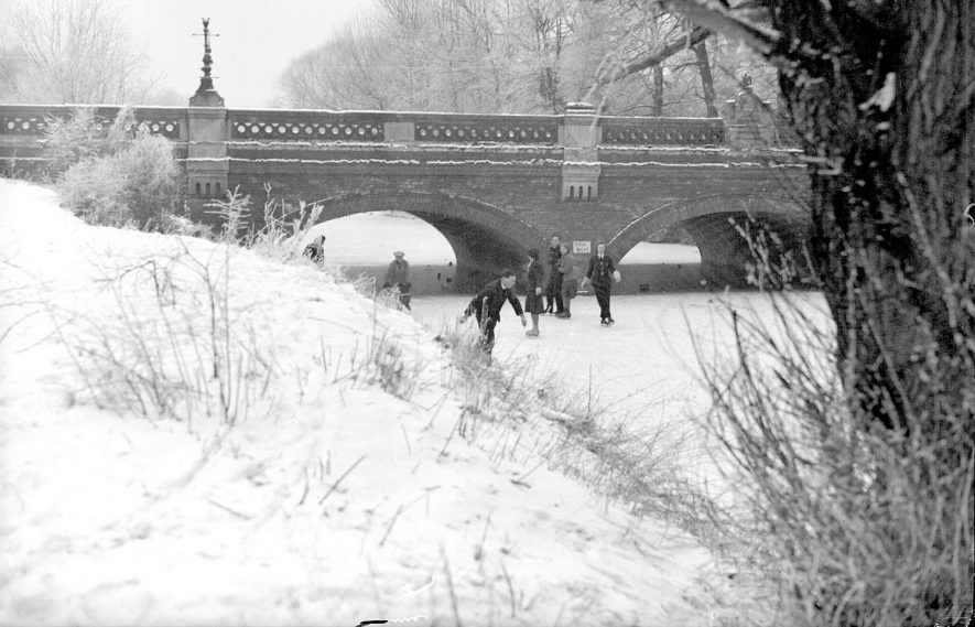 Skaters on the River Leam by Willes bridge, Leamington Spa.  1945 |  IMAGE LOCATION: (Warwickshire County Record Office)