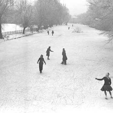 Leamington Spa.  River Leam, skaters