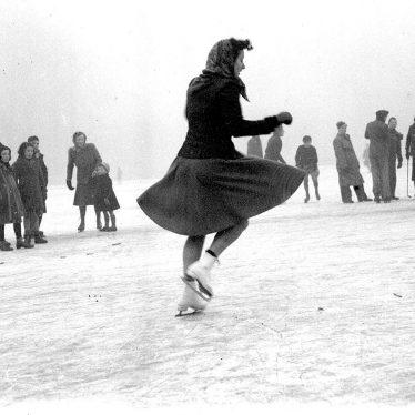 Leamington Spa.  River Leam, skaters