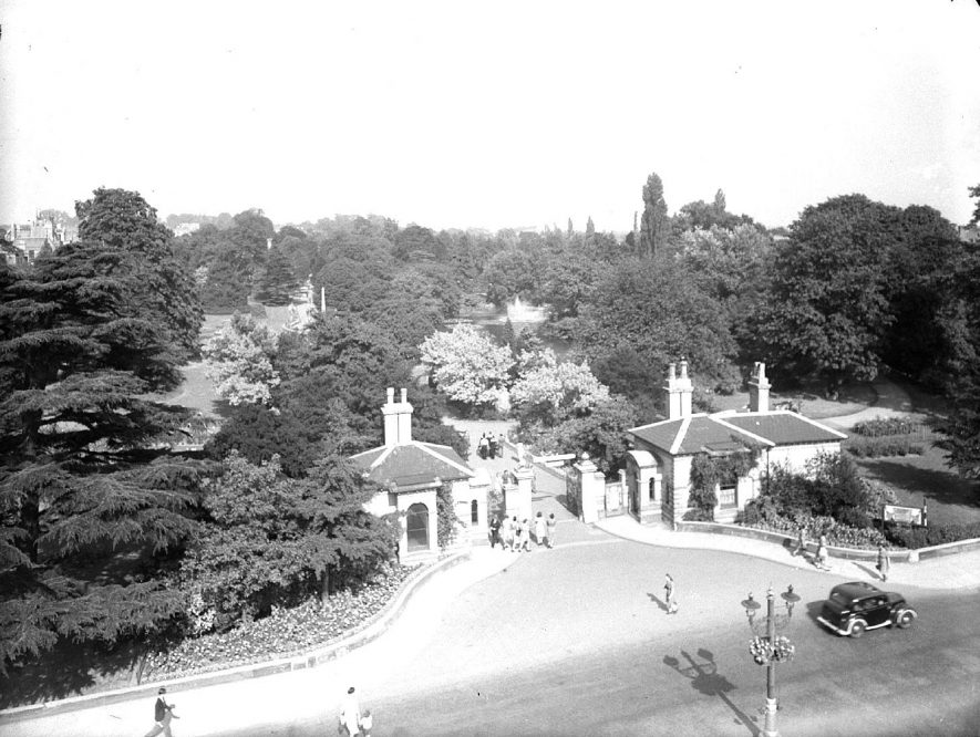 The entrance to Jephson Gardens taken from the Pump Rooms.  August 1945 |  IMAGE LOCATION: (Warwickshire County Record Office)