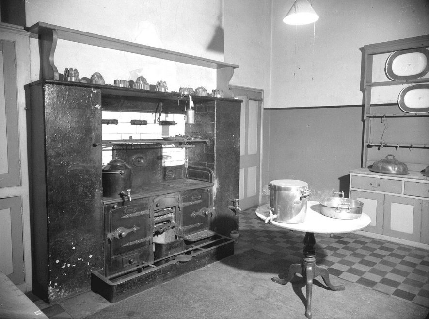 Victorian kitchen at 46 Willes Road.  1953 |  IMAGE LOCATION: (Warwickshire County Record Office)