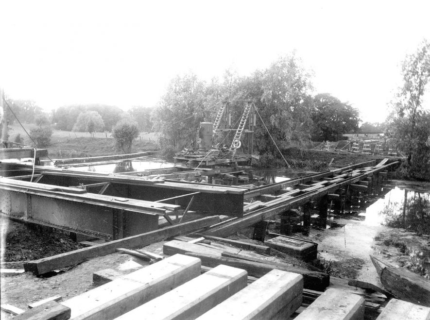 Building bridge to carry Prince's Drive over River Leam, Leamington Spa.  1920s |  IMAGE LOCATION: (Warwickshire County Record Office)