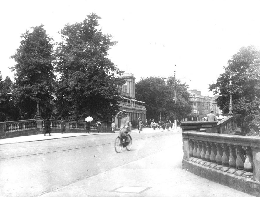 Victoria Bridge with the Pump Room in the background, Leamington Spa.  1920s |  IMAGE LOCATION: (Warwickshire County Record Office)