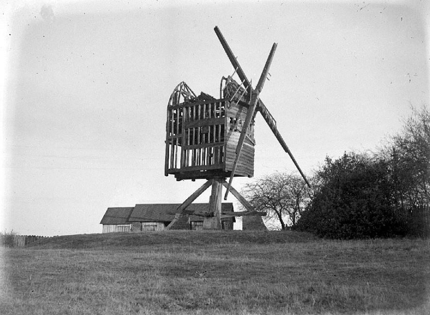 Baxterley Windmill. Post Mill, wood construction, with sails. Derelict.  1932 |  IMAGE LOCATION: (Warwickshire County Record Office)