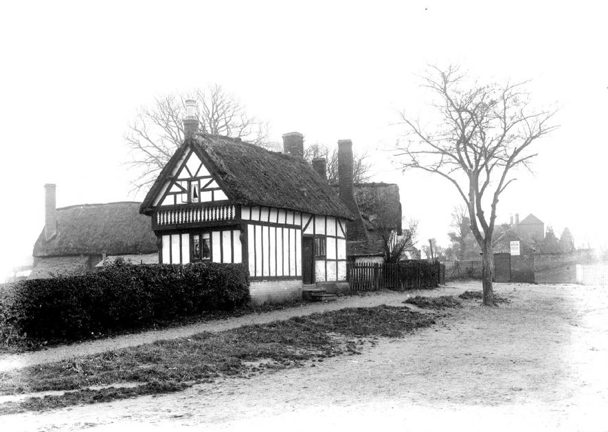 Thatched cottages in Whitnash.  1900s |  IMAGE LOCATION: (Warwickshire County Record Office)