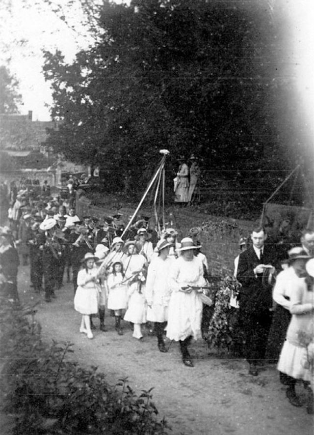 Bearley May Day procession. Group of children and adults carrying maypole. Brass band following behind.  1920s |  IMAGE LOCATION: (Warwickshire County Record Office)