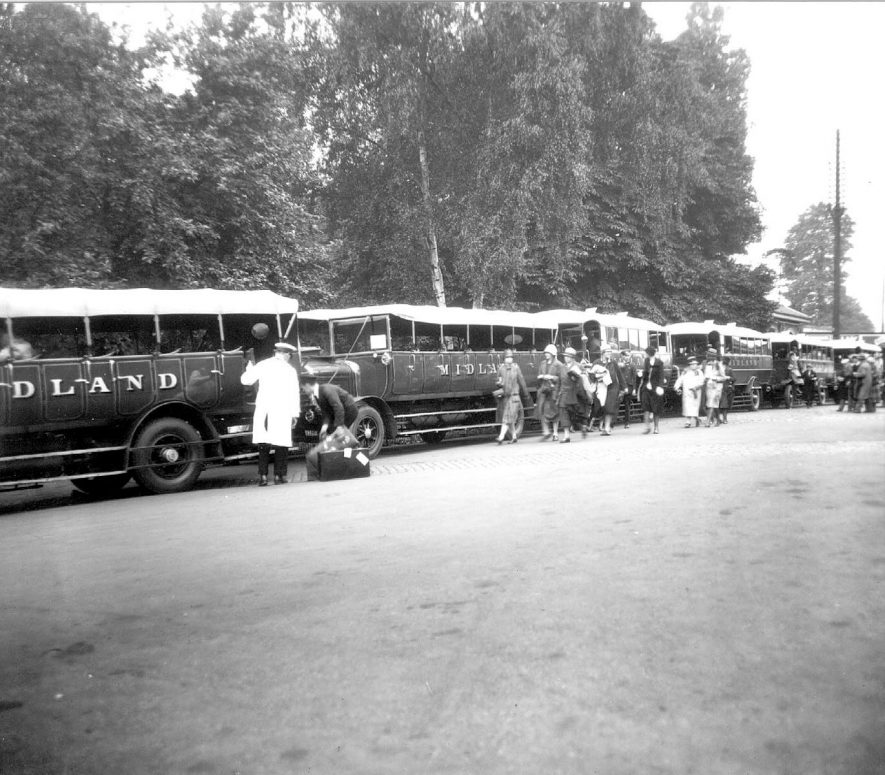Motor coaches awaiting the arrival of passengers at Stratford upon Avon railway station.  1930 |  IMAGE LOCATION: (Warwickshire County Record Office)