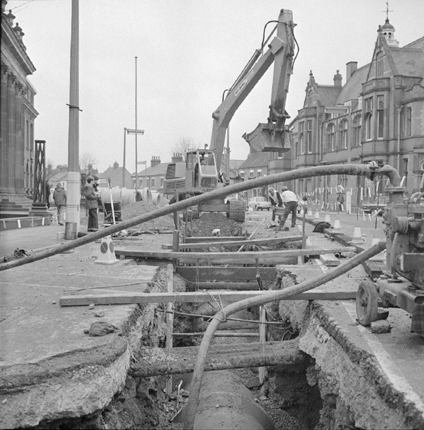 Trench and excavation work during the laying of new water pipes in Coton Road, Nuneaton, as a flood prevention measure.  November 10th 1973    IMAGE LOCATION: (Warwickshire County Record Office)