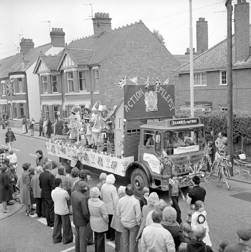 Silver jubilee carnival procession float, watched by crowd a in Edward Street, Nuneaton.  18 June 1977 |  IMAGE LOCATION: (Warwickshire County Record Office)