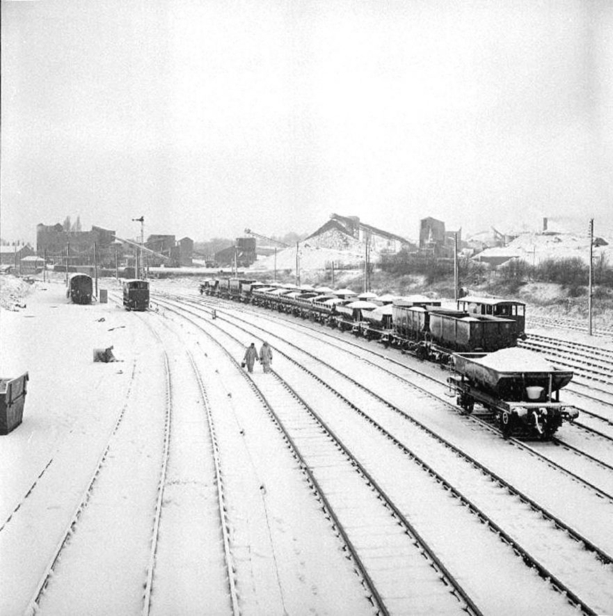 View of railway and trucks in snow from the footbridge near Aston Road, looking towards Tuttle Hill, Nuneaton.  19 January 1978 |  IMAGE LOCATION: (Warwickshire County Record Office)