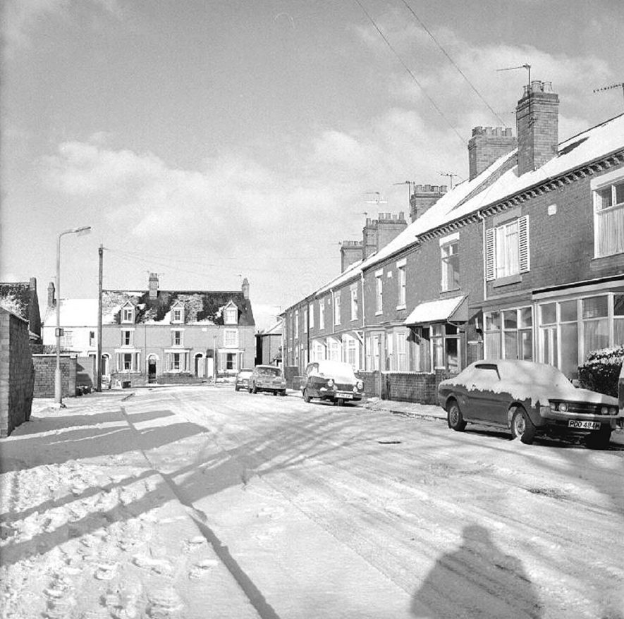 King Edward Road after snow with semi-detached housing, Nuneaton.  1 December 1978 |  IMAGE LOCATION: (Warwickshire County Record Office)