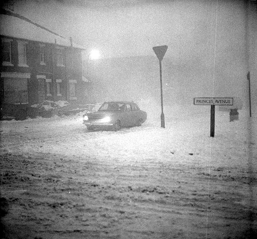 Solitary car edging its way down Marlborough Road towards Prince's Avenue in the fog of January 13th 1982. |  IMAGE LOCATION: (Warwickshire County Record Office)