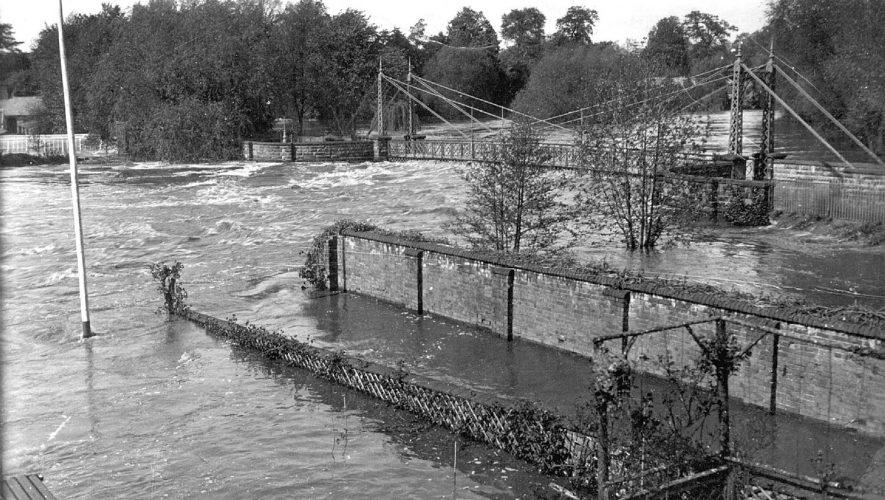 River Leam in flood under the Weir Bridge, Leamington Spa.  1932    IMAGE LOCATION: (Leamington Library)