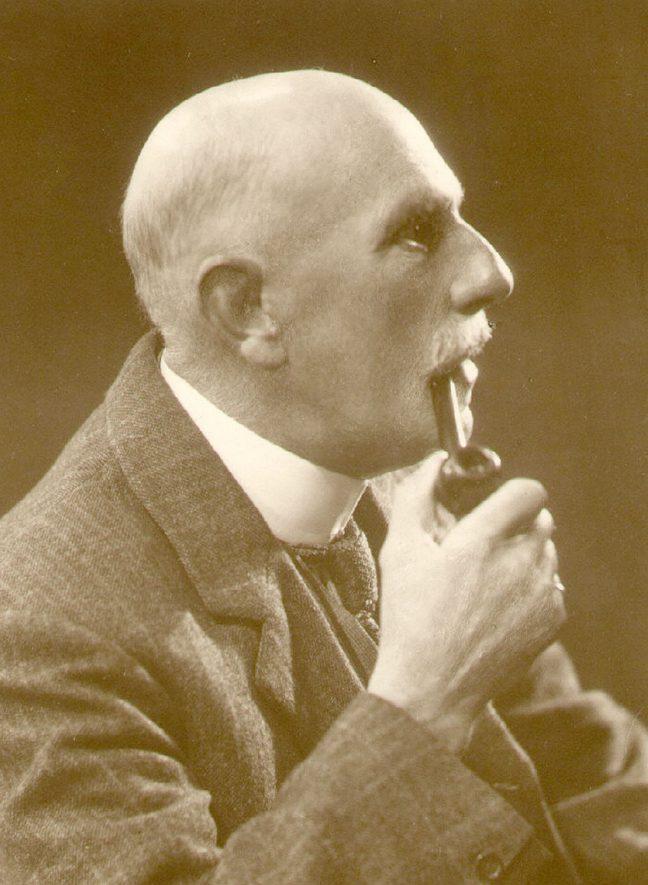 Studio portrait of Arthur Harris, Leamington poet and guide at Kenilworth Castle.  1900s |  IMAGE LOCATION: (Leamington Library) PEOPLE IN PHOTO: Harris, Arthur