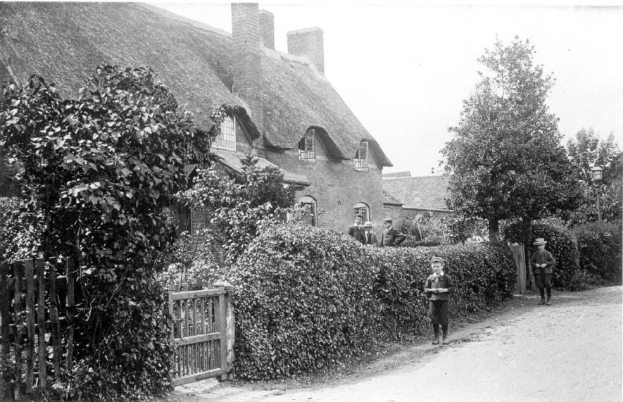 Cottages in Offchurch.  1910s |  IMAGE LOCATION: (Leamington Library)