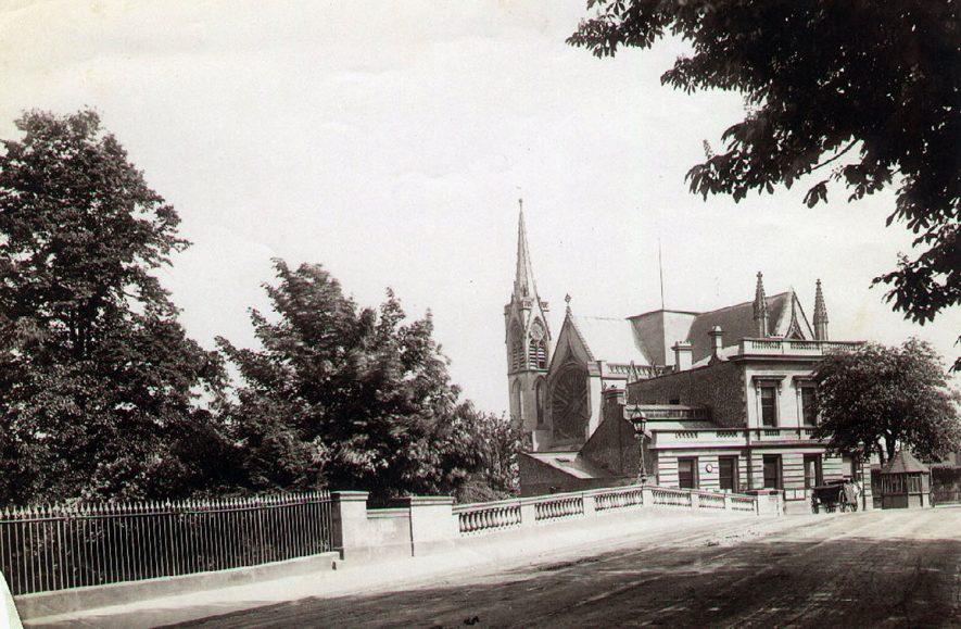Victoria bridge with the Parish Church behind.  1900 |  IMAGE LOCATION: (Leamington Library)