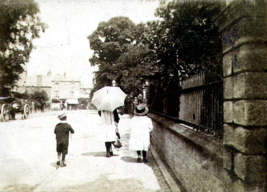 Children walking along Bilton Road, Rugby.  1900 |  IMAGE LOCATION: (Rugby Library)