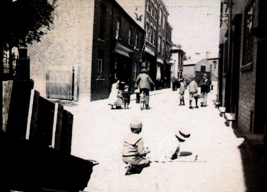 Children playing in Chapel Street, Rugby.  1900 |  IMAGE LOCATION: (Rugby Library)