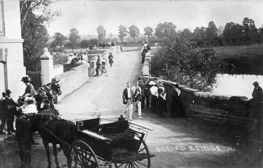 Bidford on Avon bridge with horse and trap and people crossing the bridge.  1910 |  IMAGE LOCATION: (Warwickshire County Record Office)