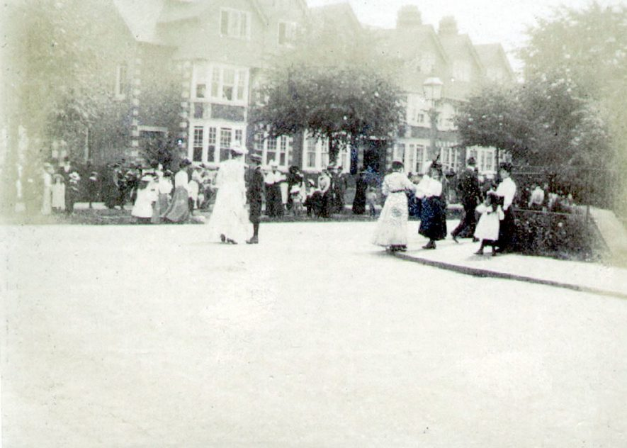 Clifton Road, Rugby.   Ladies & children  talking on pavement.  1898 |  IMAGE LOCATION: (Rugby Library)