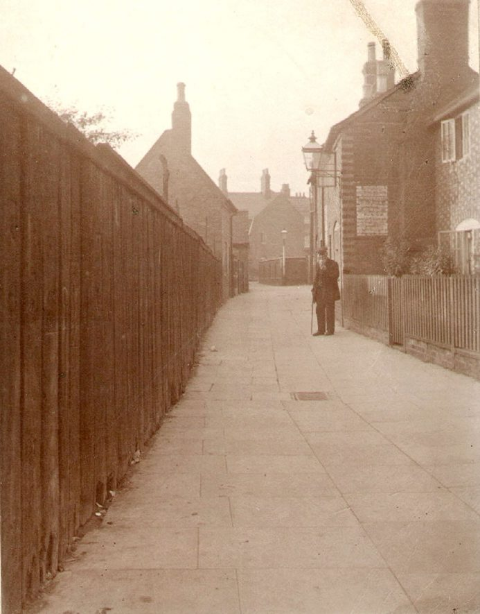 Cottages in West Leyes, now demolished, Rugby.  1934    IMAGE LOCATION: (Rugby Library)