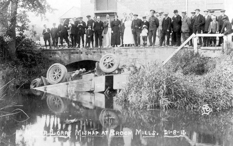 Lorry accident at Broom mills on 21st  August 1915 |  IMAGE LOCATION: (Warwickshire County Record Office)