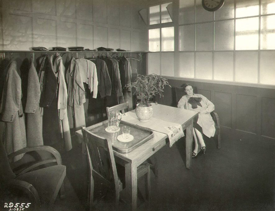 B.T.H. telephonists' rest room, Rugby.  1936 |  IMAGE LOCATION: (Rugby Library)