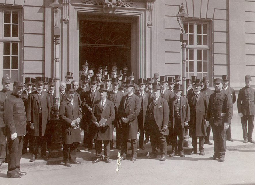 A large group of Rugby's representatives outside the Benn Building in Church Street after attending a memorial service for the late King Edward VII, Rugby.  1910 |  IMAGE LOCATION: (Rugby Library)