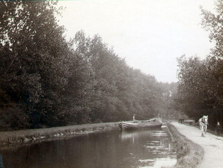 The Oxford Canal between Brownsover and Newbold on Avon showing a horse drawn canal boat.  1920s |  IMAGE LOCATION: (Rugby Library)