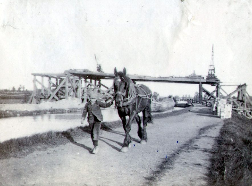 Footpath from Rugby to Brownsover village over the Oxford canal by the Wooden bridge.  1900    IMAGE LOCATION: (Rugby Library)