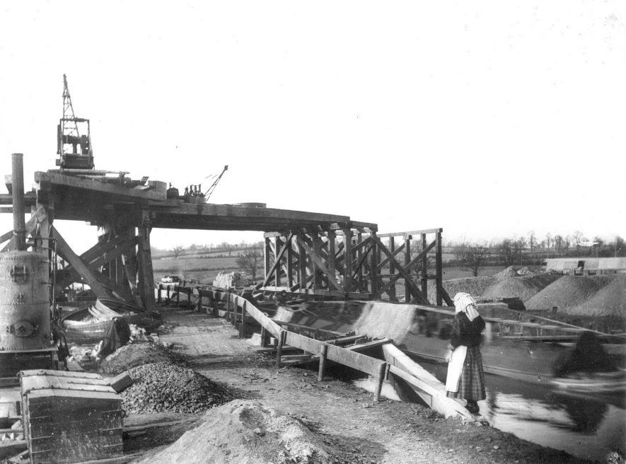 Building a bridge for the Great Central Railway over the Oxford Canal, Rugby.  1900s |  IMAGE LOCATION: (Rugby Library)
