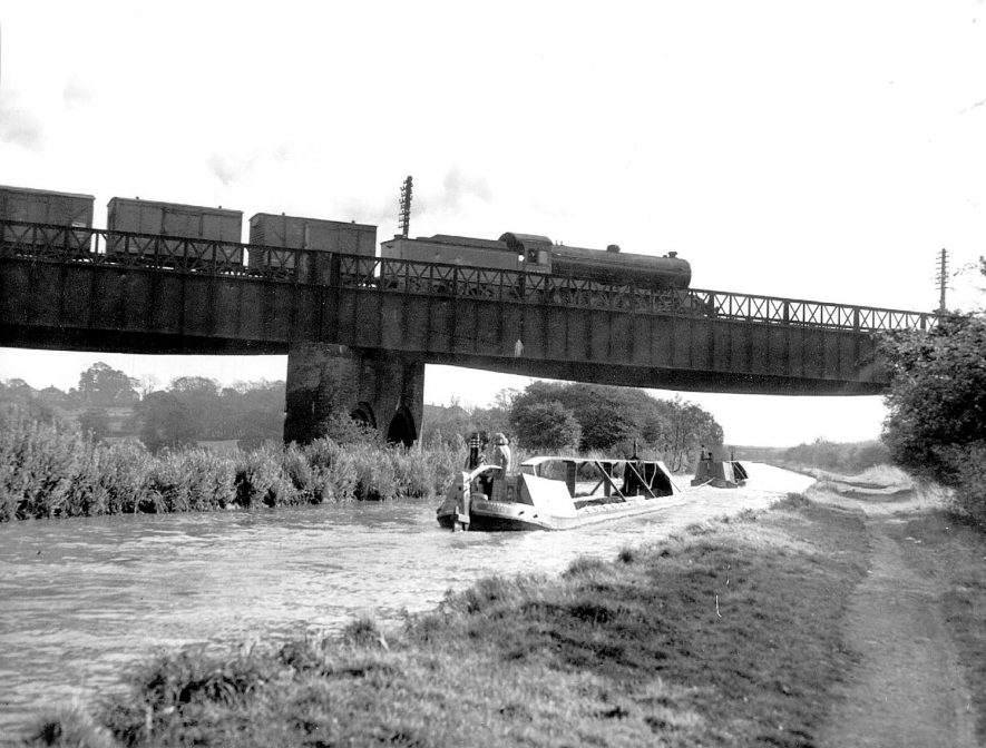 Bridge of Great Central Railway over Oxford canal showing rail and canal traffic, Rugby. 1959Photograph supplied by kind permission of the Rugby Advertiser. |  IMAGE LOCATION: (Rugby Library)