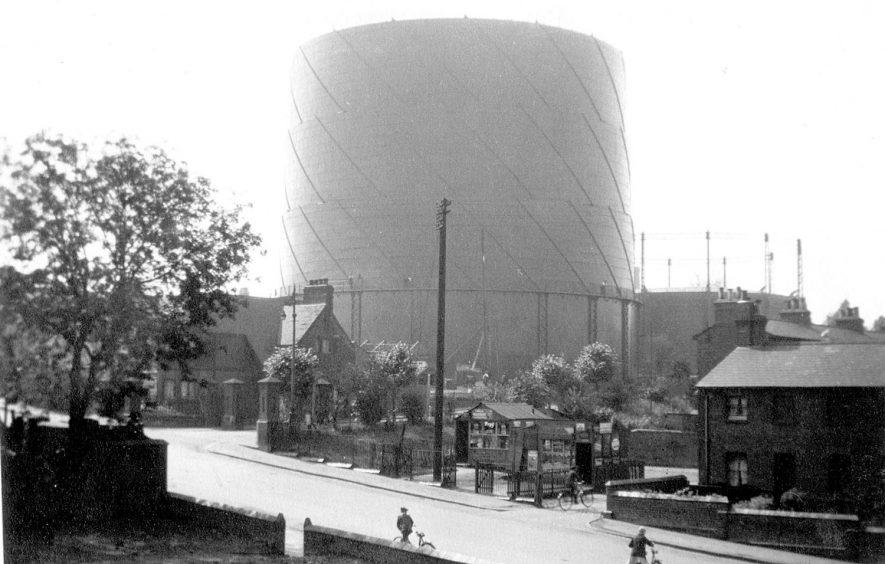 Rugby Gas Works new gas holder in Newbold Road under test.  1929 |  IMAGE LOCATION: (Rugby Library)