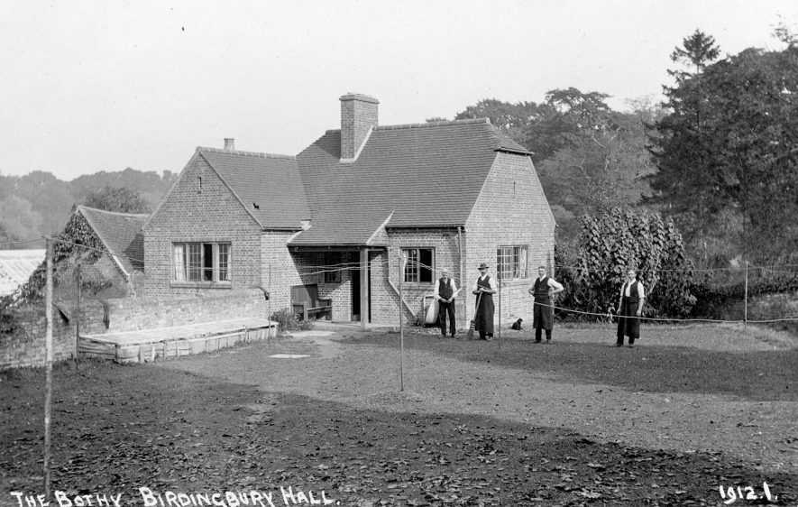 Birdingbury Hall. The Bothy, with four gardeners outside.  1900s |  IMAGE LOCATION: (Warwickshire County Record Office)