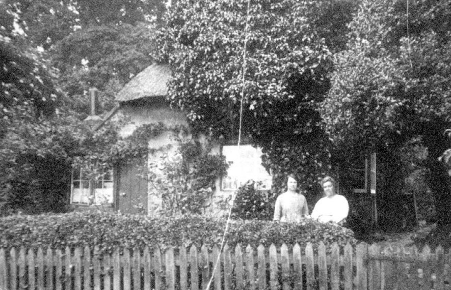 79, Vicarage Road, Bishops Tachbrook, a thatched cottage with two ladies standing in the front garden.  1910s    IMAGE LOCATION: (Warwickshire County Record Office)